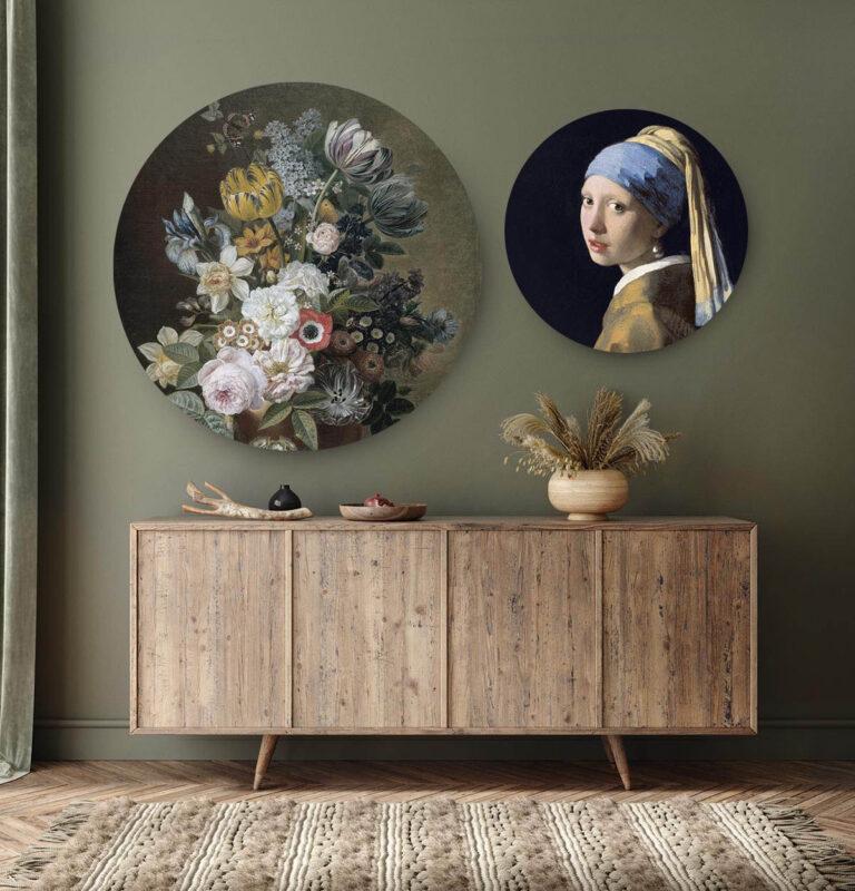 Woonkamer met 2 ronde wanddecoraties met verschillende bloemen en meisjes met de parel.