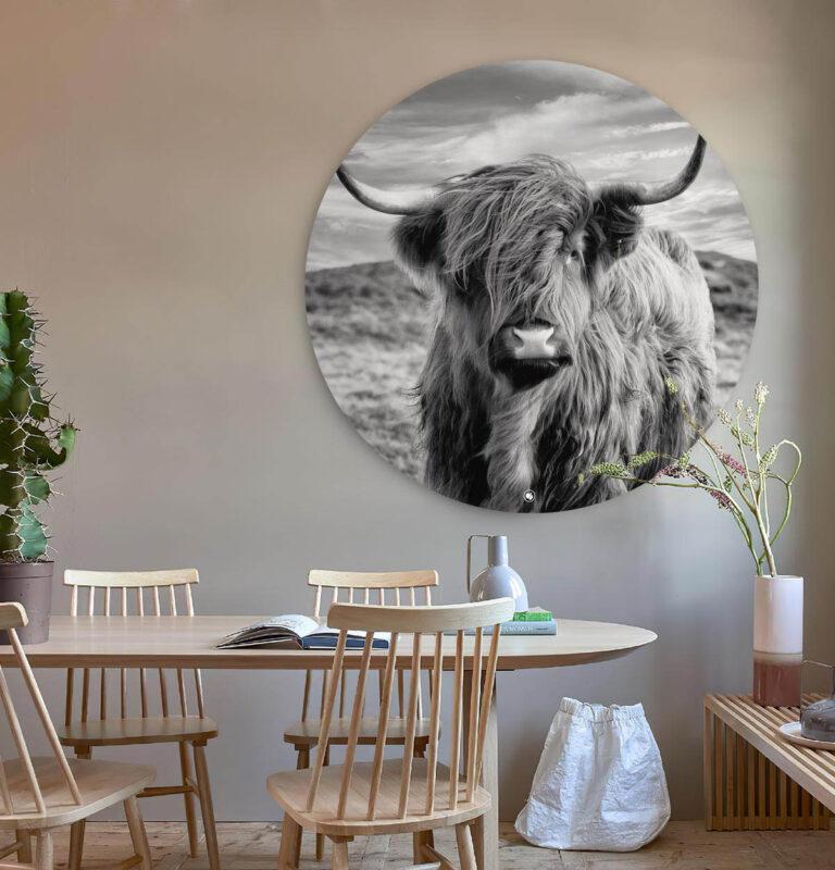 Woonkamer met een ronde wandcirkel van een bizon in het zwart-wit.