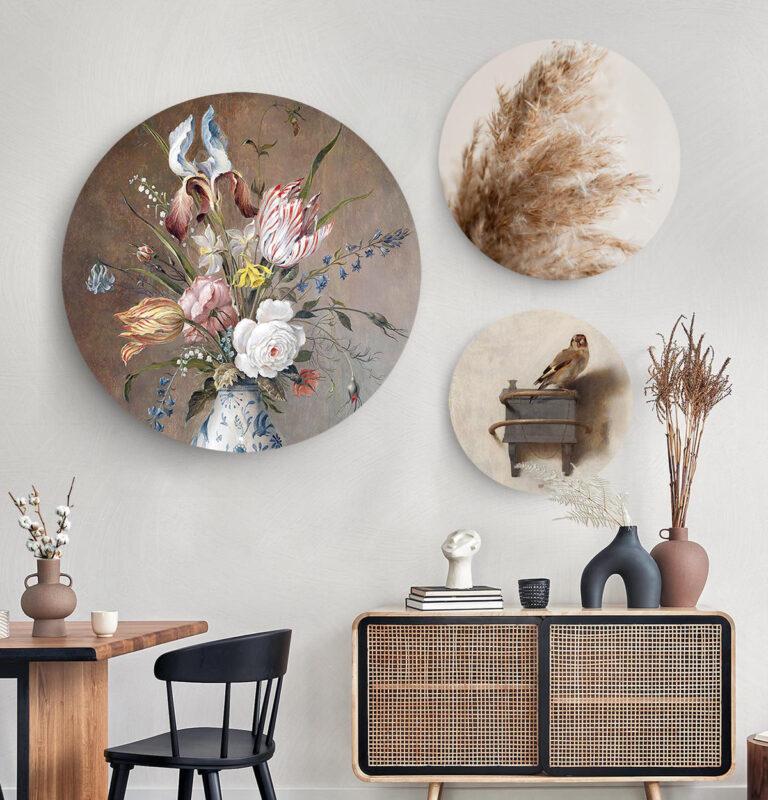 Drie wandcirkels van verschillende formaten met een bloemen in vaas, pampasgras en een mus op afgebeeld.
