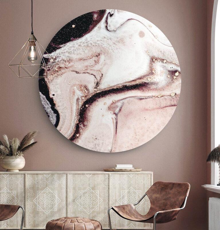 Grote ronde wanddecoratie met daarop blush uitgebeeld.