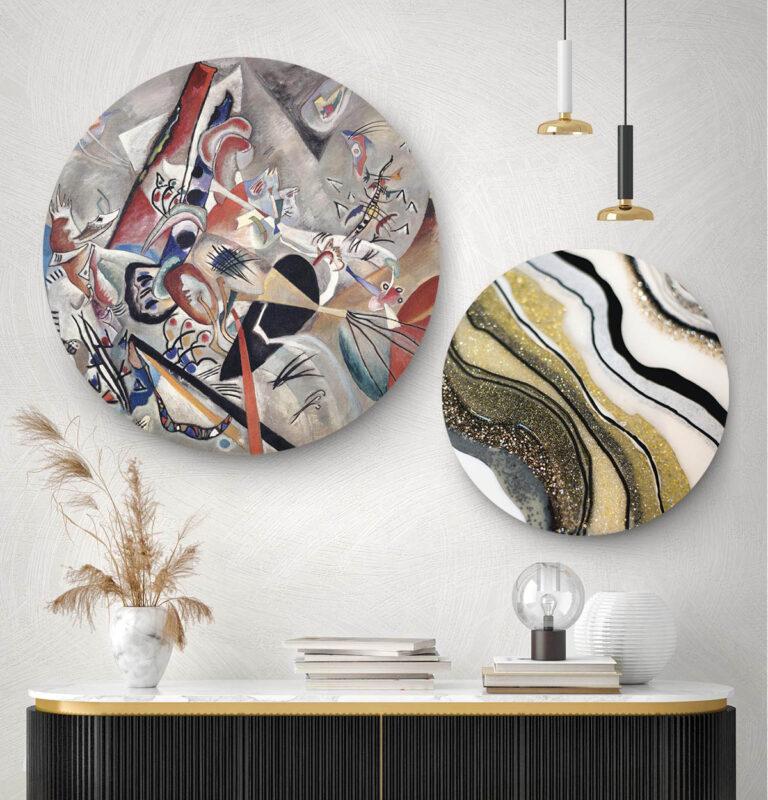 Gang met twee wandcirkels met moderne kunst en de binnenkant van gesteente eorop afgebeeld.