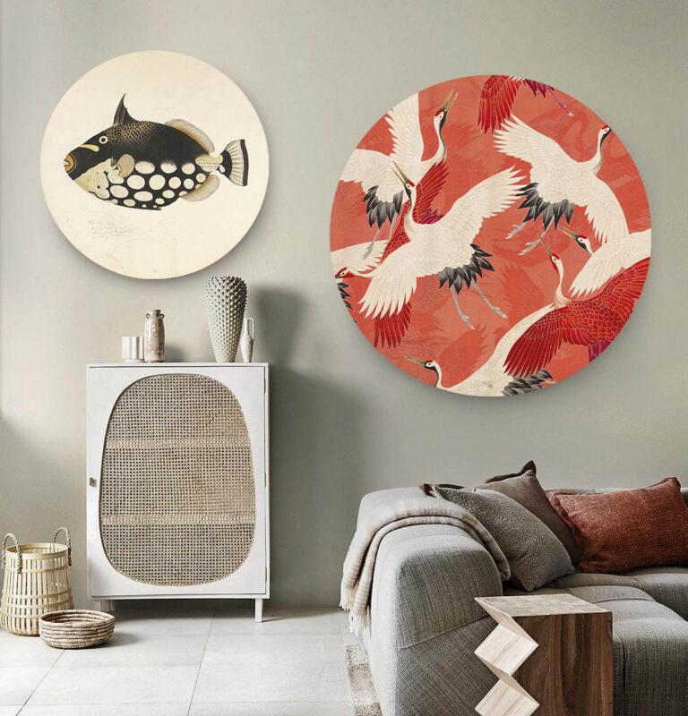Woonkamer met twee wandcirkels met kraanvogels en moderne kunst op afgebeeld.