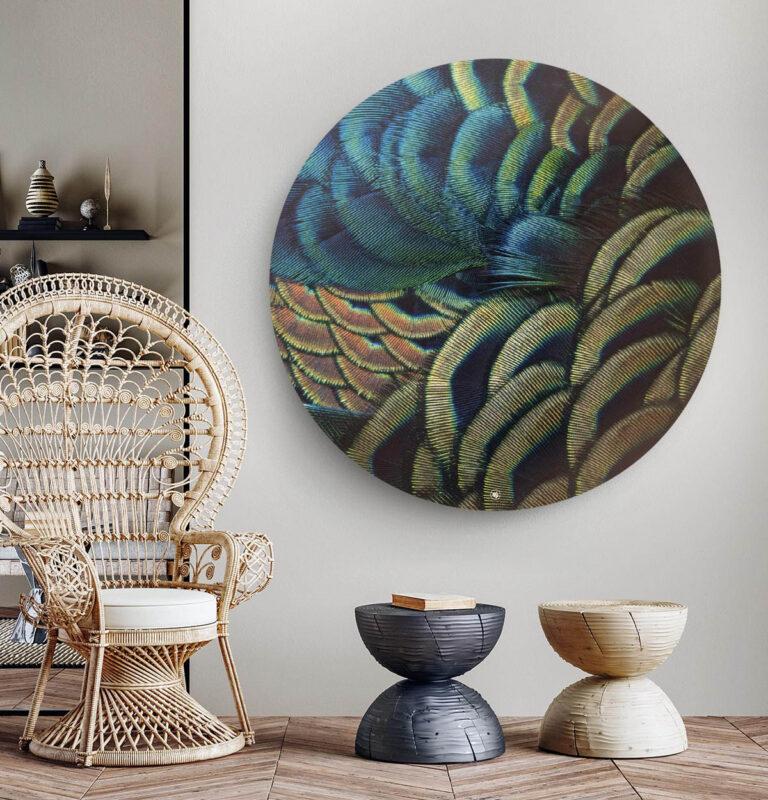 Woonkamer met een ronde wanddecoratie met de veren van een pauw op afgebeeld.
