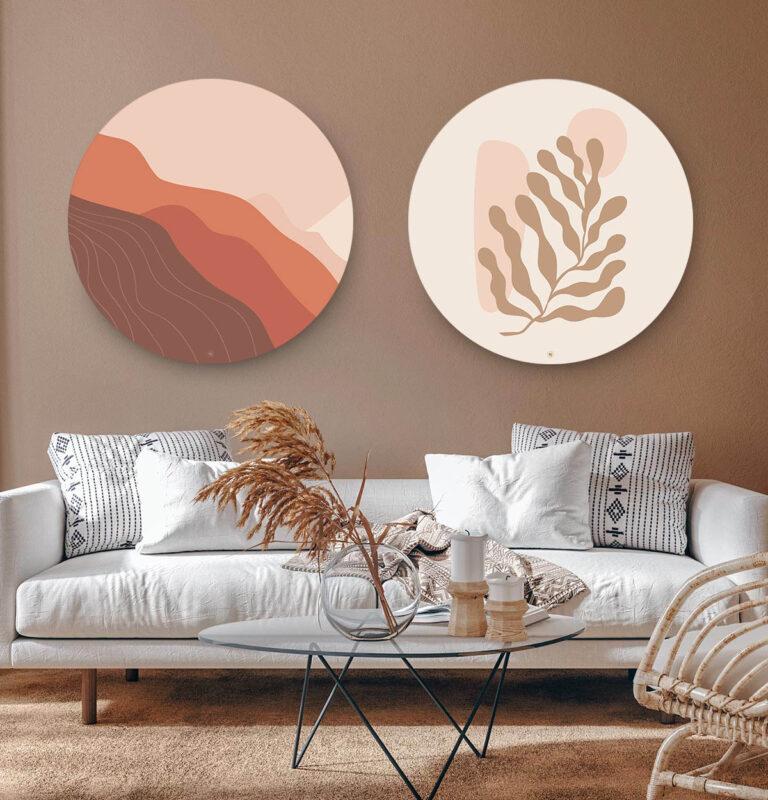 Woonkamer met twee ronde wandcirkels erboven van een berg en fine art van een plant.