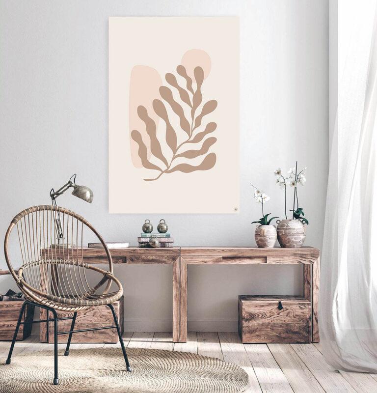 Woonkamer met een houten tafel en erboven een vierkante wanddecoratie van zeewier erop afgebeeld.