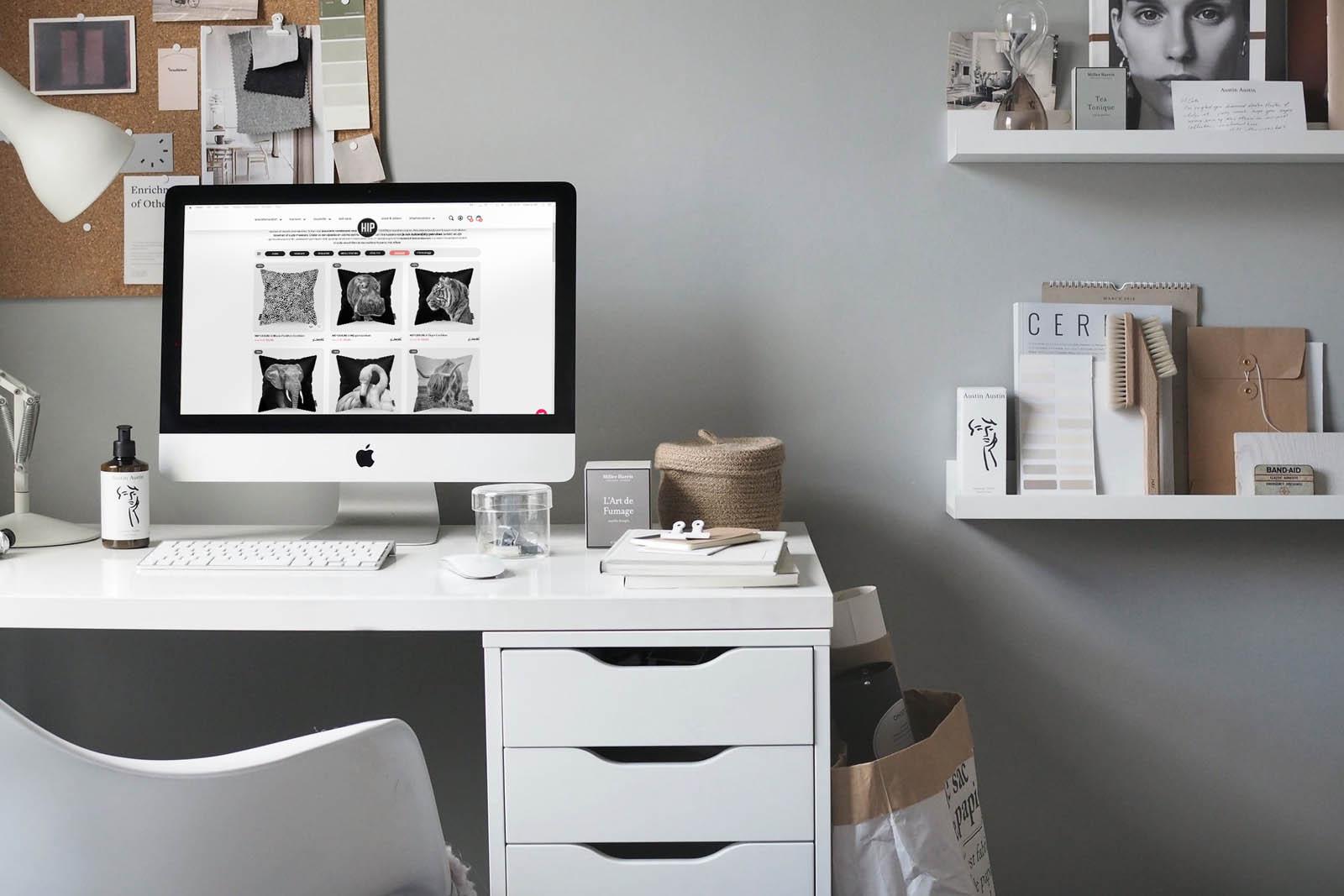 Thuis kantoor met een wit bureau met de website van HIP ORGNL openstaand.