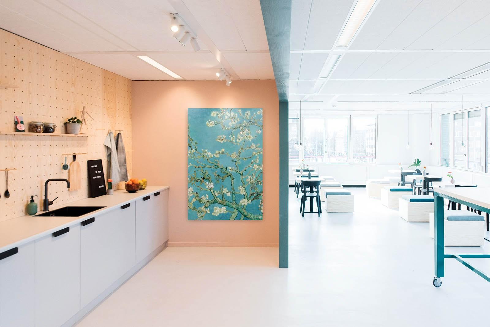 Werkruimte met een vierkante wanddecoratie van bloemen erop.