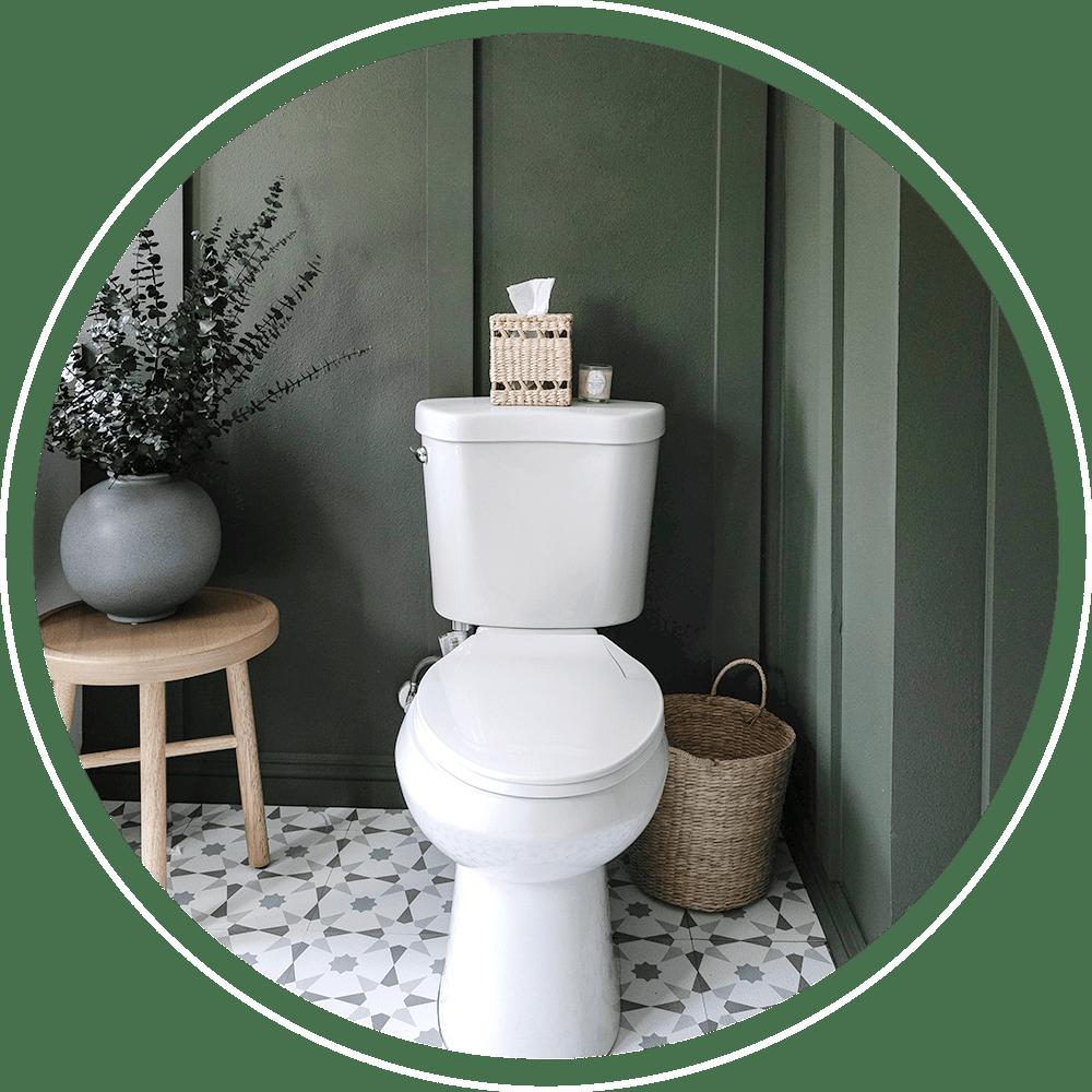 Wit toilet met groene muren