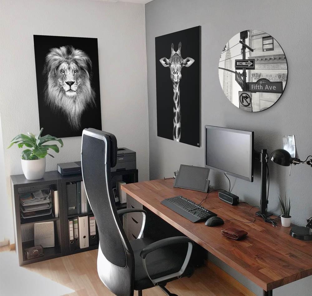Thuiskantoor met verschillende wanddecoraties van een leeuw, giraf en Fifth Avenue in het zwart-wit op de muur.