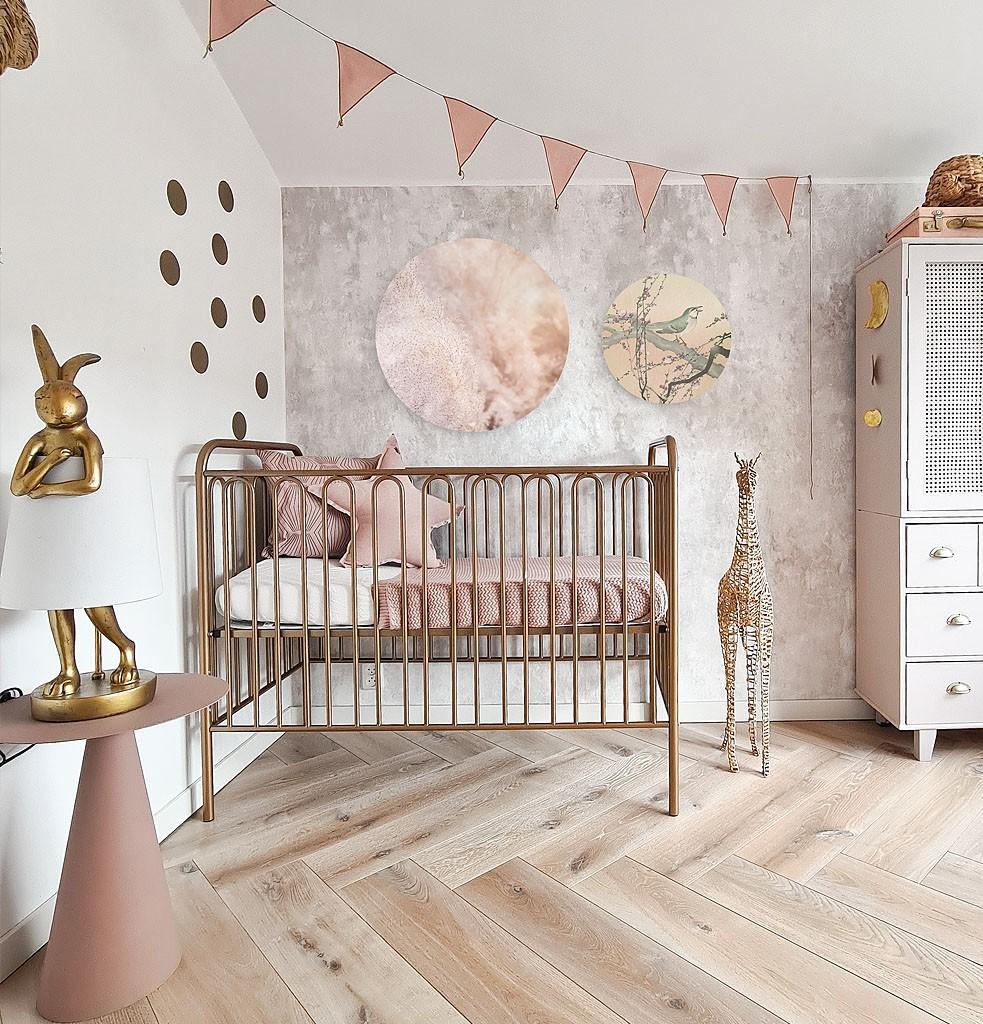 Kinderslaapkamer met twee verschillende wandcirkels boven het bed.