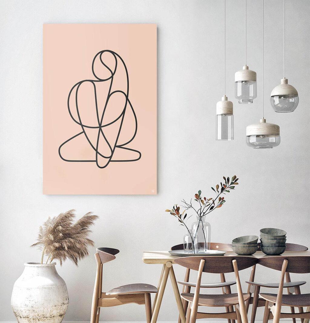 Woonkamer met een vierkante wandcirkel met een vrouw in moderne kunst erop afgebeeld.