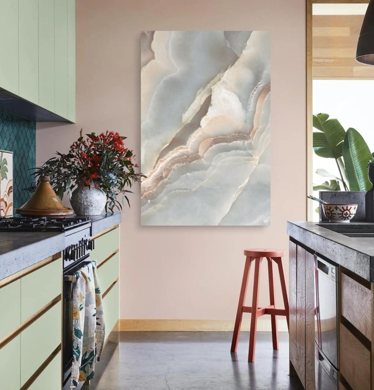 Keuken met een vierkante wanddecoratie met onyx marble erop afgebeeld.