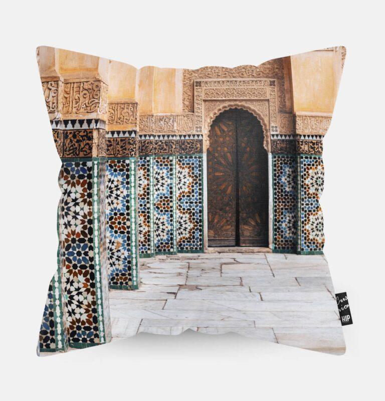 Kussen met een gebouw van Casablanca erop afgebeeld.