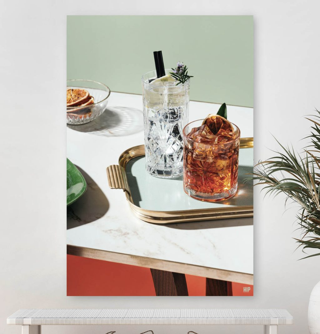 Vierkante wanddecoratie met cocktails met een goud dienblad.