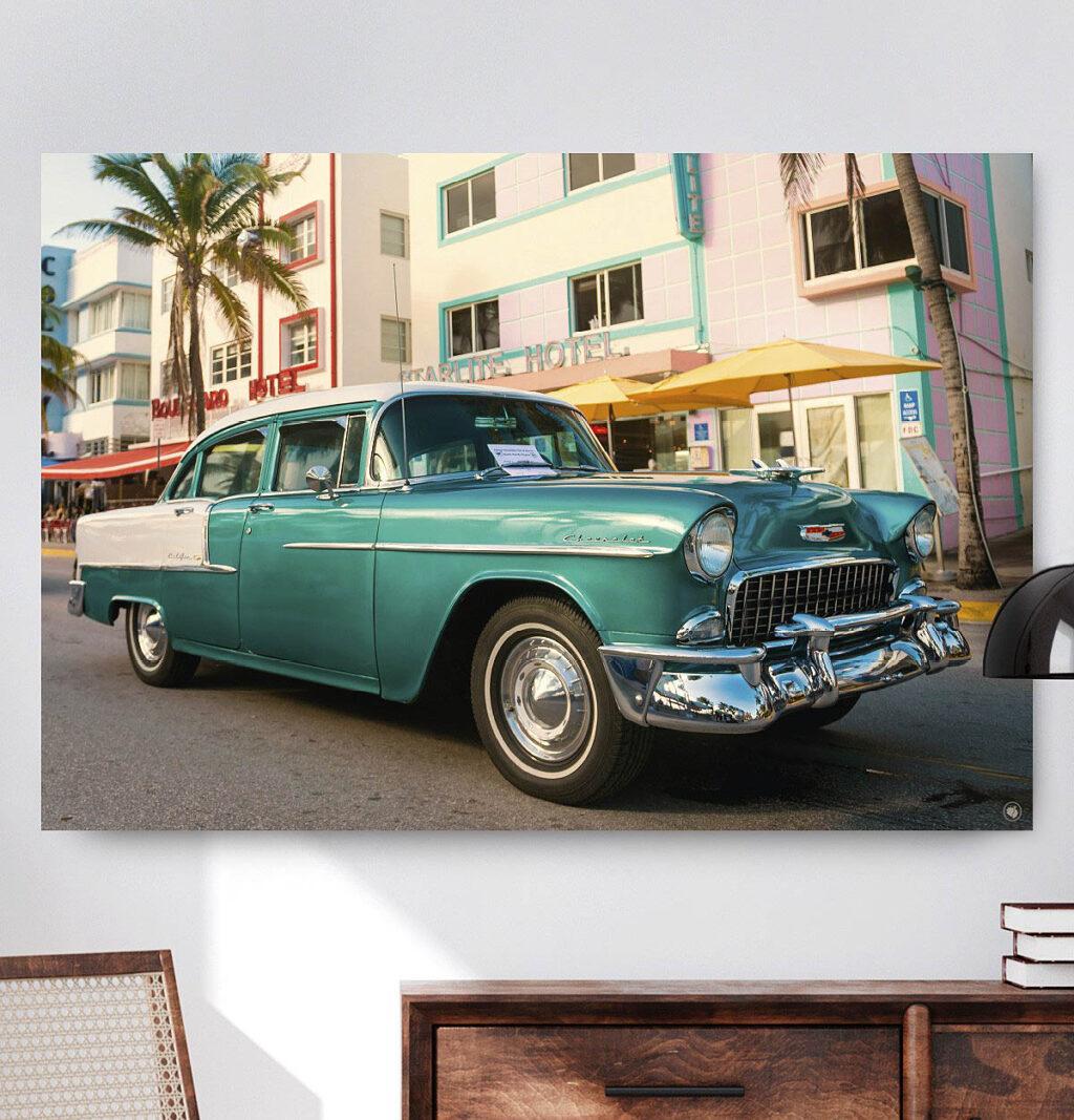 Vierkante wanddecoratie met luxe groene auto op afgebeeld.