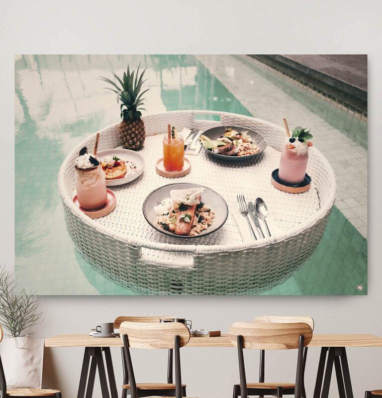 Vierkante wanddecoratie van drijvend ontbijt in het zwembad.
