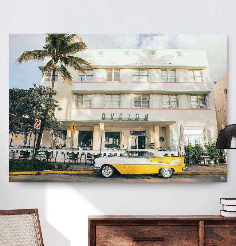 Vierkant wanddecoratie van een luxe auto in het geel voor een hotel.