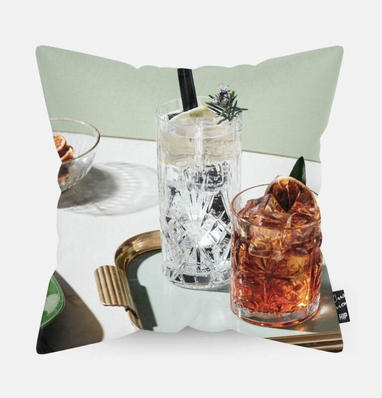 Kussen met twee cocktails erop afgebeeld.