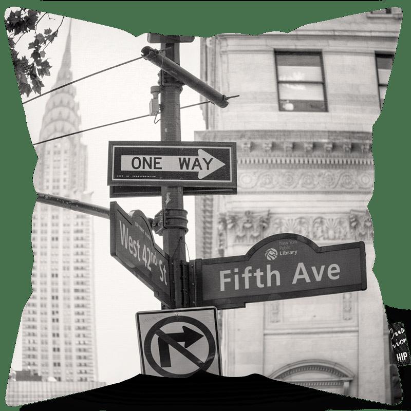 Kussen met Fifth Avenue in het zwart-wit erop.