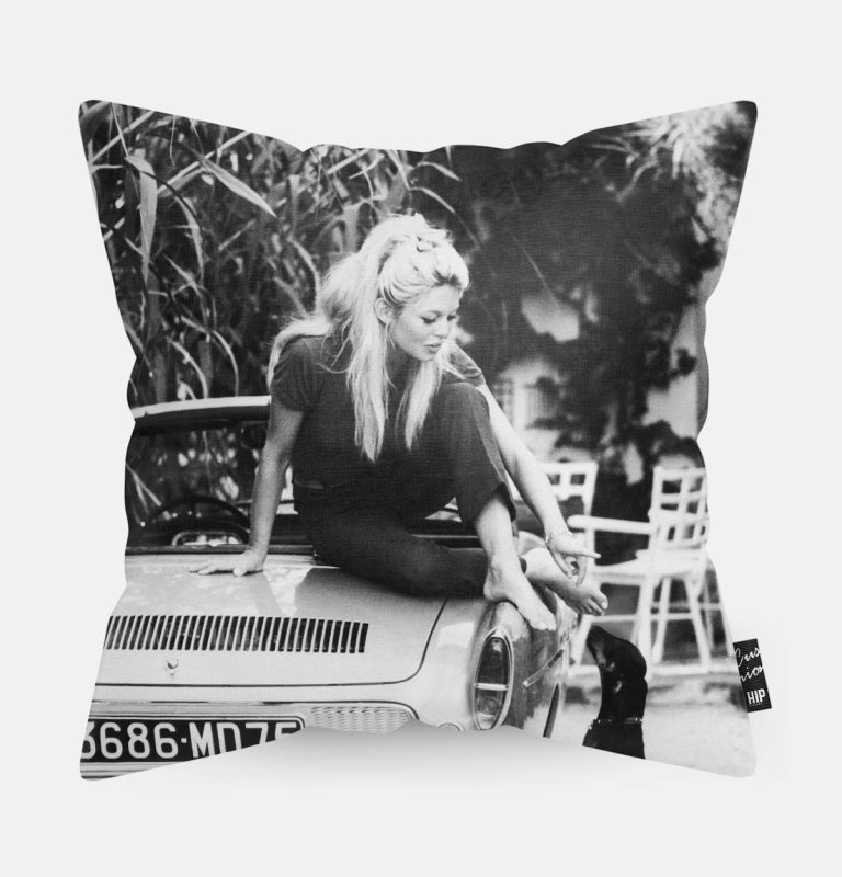 Kussen met Brigitte Bardot in zwart-wit erop afgebeeld.