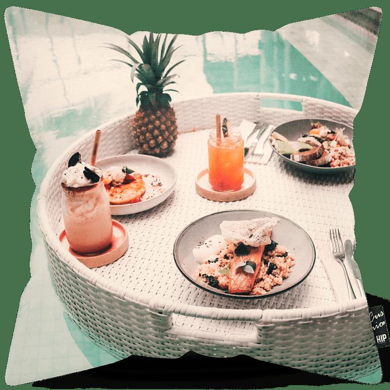 Kussen met drijvend ontbijt in het zwembad erop afgebeeld.
