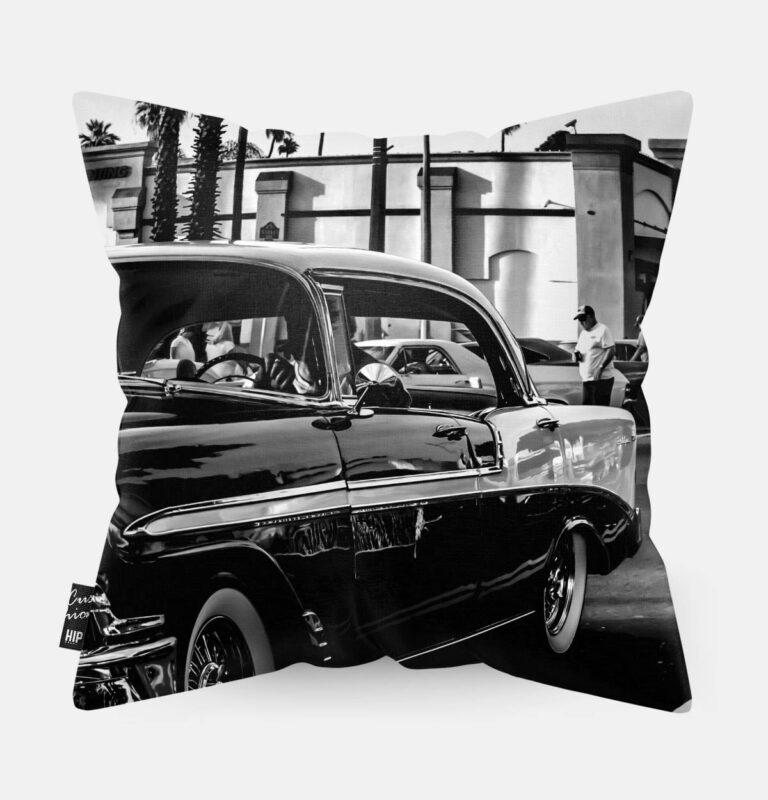 Kussen met een luxe auto in het zwart-wit erop afgebeeld.