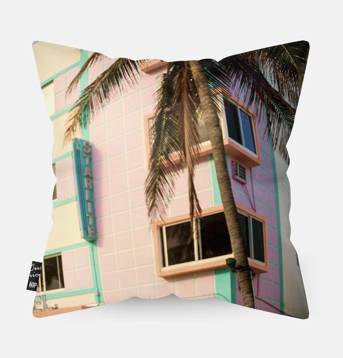 Kussen met een retro gebouw erop afgebeeld.