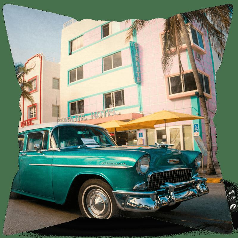 Kussen met een groene luxe auto erop afgebeeld.