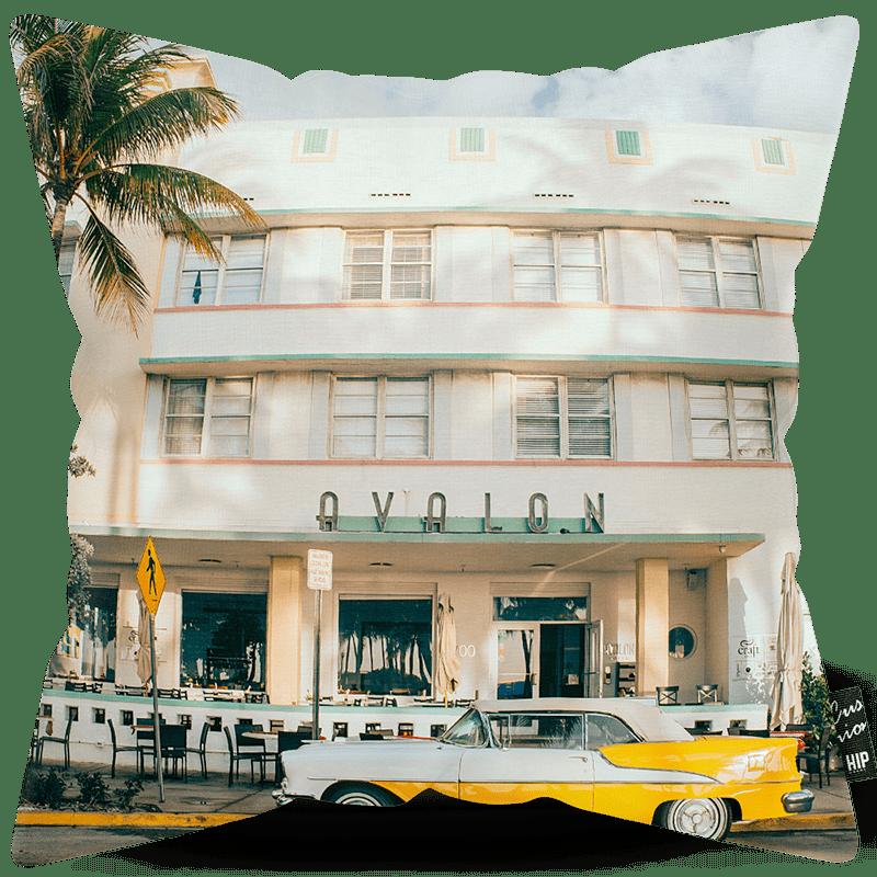 Kussen met een gele luxe auto erop afgebeeld.